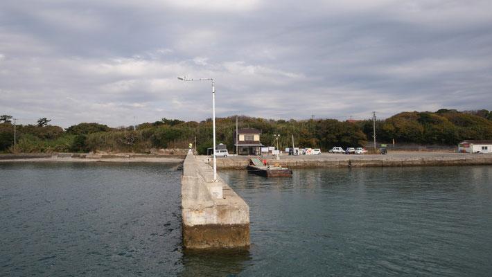 佐久島には、西港と東港のふたつの港があります(写真は西港)。