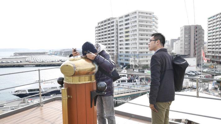 覗き込む太田と若林。