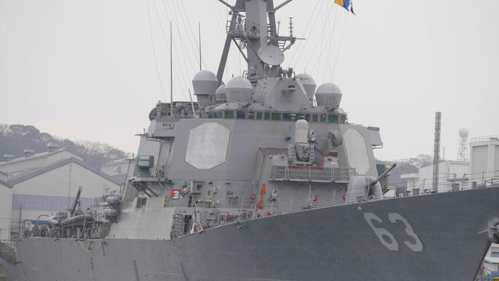 イージス艦特有、多角形の箱のような艦橋。これはアメリカ海軍のステザム。