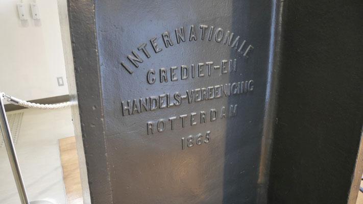スチームハンマーには、製造年である1865の文字が刻印されている。