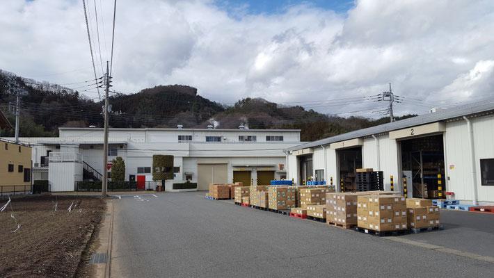 奥に見える建物が、かぶら食品さん。手前が、かぶらロジシステムさんの倉庫です。
