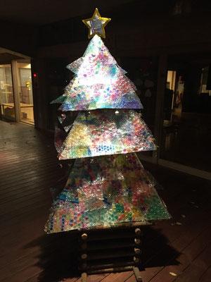 園児が作成したクリスマスツリー。