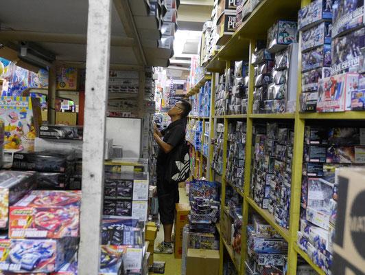 太田所長、普通に店内を物色していますけど、いちおう取材中ですよ!