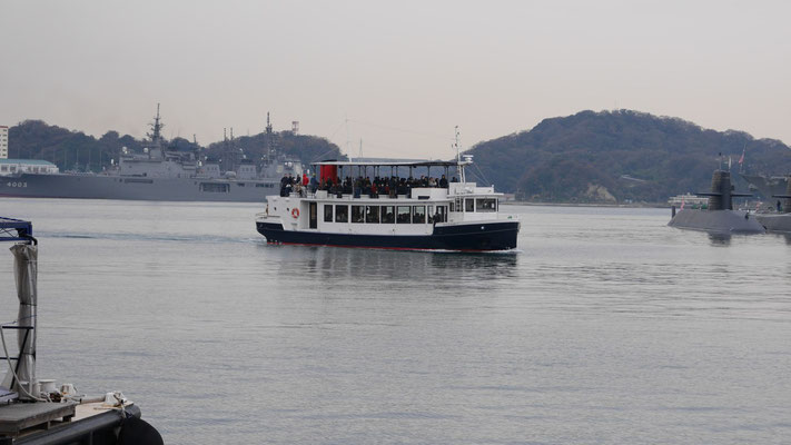 これが乗船する、『YOKOSUKA軍港めぐり』の遊覧船。