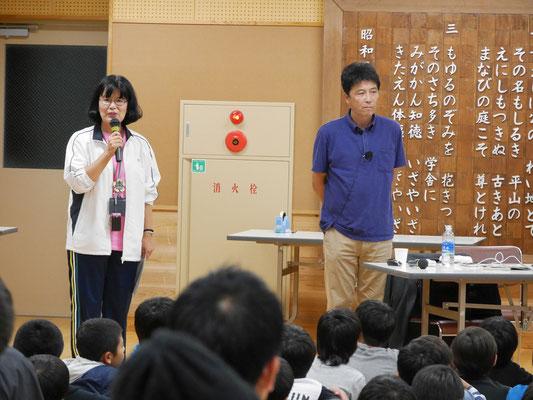 右が佐藤敏郎先生。左は平山小学校の校長先生。