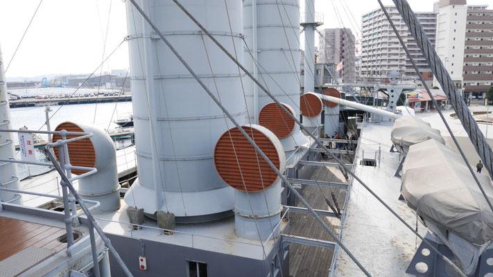 巨大な煙突が上甲板の多くを占めます。