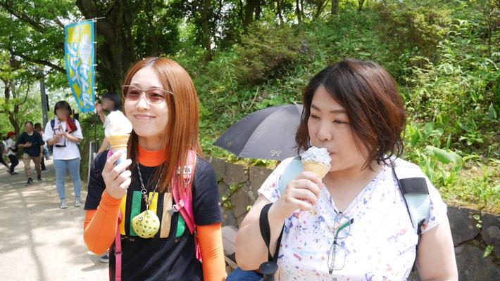 山頂にて。お昼ご飯代わりのソフトクリーム。