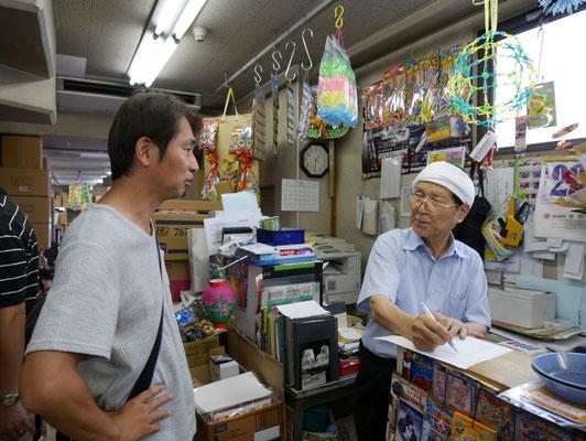 長谷川社長とうまい棒の話で盛り上がる中崎。あの、取材が進まないんですけど...