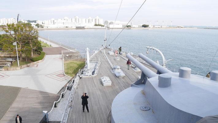 戦艦三笠の船首方向。