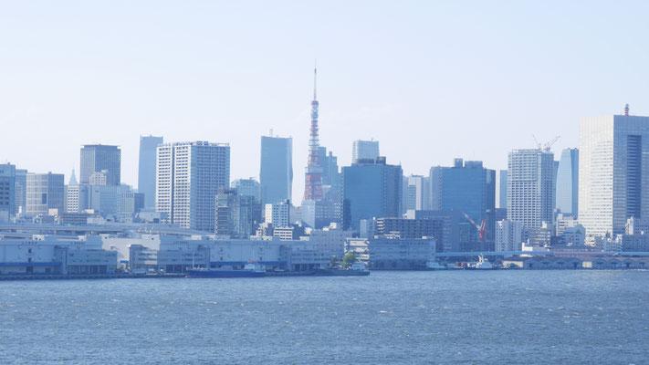 芝浦ふ頭の先に顔をだすのは東京タワーです。