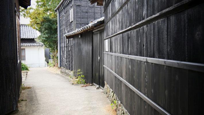 佐久島には、黒壁の集落があります。