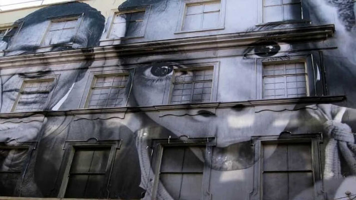 JR-street-art-portrait-enfant-sourire.jpg