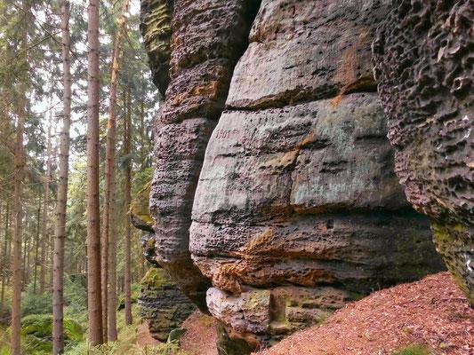 Rechts im Winkel der Beginn der Drachenstiege. In Bildmitte in 3 Meter Höhe die Jahreszahl 1901.