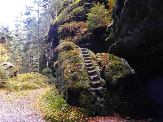 Über den Felsblock führte früher die Wanderroute hoch in den oberen Teil der Weberschlüchte