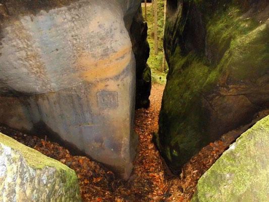 Links in einem Seitenspalt der Drachenstiege zwei viereckige Ausmeißelungen, vielleicht waren hier früher Inschriften-Tafeln oder ähnliches befestigt.