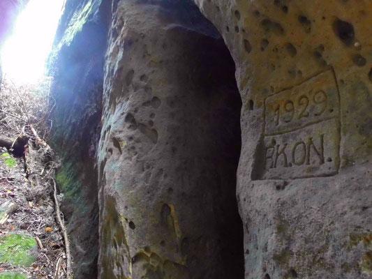 """Jahreszahl 1929 und """"RK.ON."""", diesselben Buchstaben, wie im Tal des Roten Floßes. Wahrscheinlich zwei """"Wanderfreunde"""", die sich überall verewigt haben."""