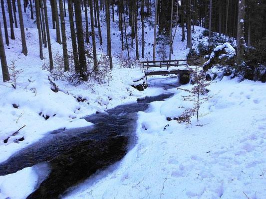 Winter im oberen Khaatal. Brücke zur Feengrotte