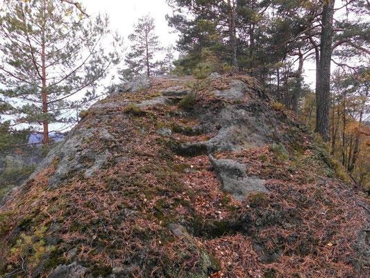 Alte ausgemeißelte Stufen auf dem Grat der Falkenwände