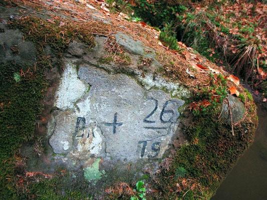 Grenzmarkierung 26/19 am Felsblock der ehemaligen Brücke an der Wolfsschlucht