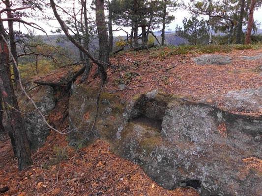 Alte ausgemeißelte Stufe am Westende der Falkenwände