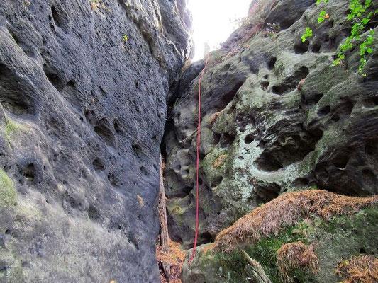 Felsspalte runter zur Stimmersdorfer Kapelle