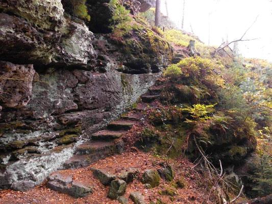 Alte Treppe an einem Pfad links unterhalb vom nördlichen Teil des Tannigtsteiges