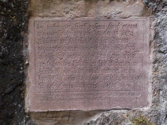 Wolfstafel, hier wurden 1640 zwei Wölfe erlegt. Die Tafel ist eine Kopie, das Original wurde 1960 beim Ausbau des Weges zur Forststraße zerstört.