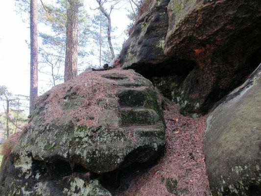 Zwei in Fels gemeißelte Stufen