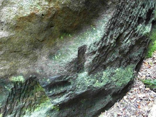 Balkenfalze und Felsabmeißelungen