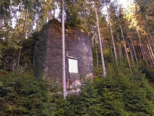 Felsen mit Gedenktafel im unteren Khaatal