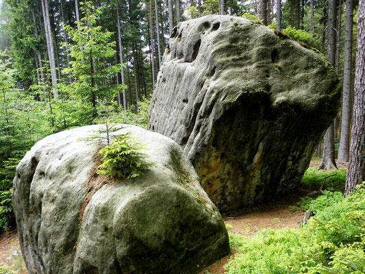 Zwei Felsblöcke, in der Böhm-Karte Khaatal als Käs und Brot bezeichnet.