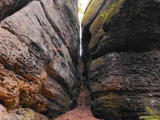 Beginn der Drachenstiege. Links oben 1901. Die Felsspalte ist breiter, als sie auf dem Foto aussieht, man kommt auch mit Rucksack gut durch
