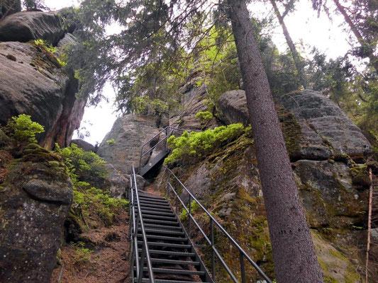 Am Hermannseck. Die Treppe führt hoch zur schmalen Stiege und weiter zur Aussicht an der Schlegelhütte