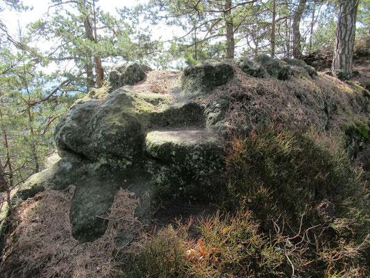 Eine ausgemeißelte Felsstufe