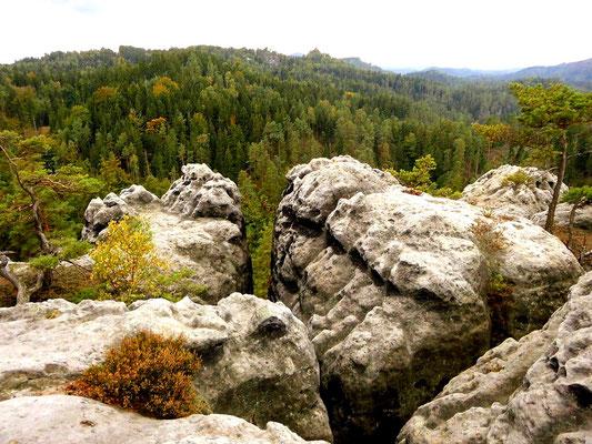 Aussicht von Mariens Ruhe, dem südwestlichen Teil des Tannigtsteiges, in der Mitte Rudolfstein