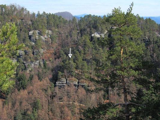 Hinter den Bäumen der Hickelkopf (Pfeil), hinten links Raumberg, rechts Wolfsberg