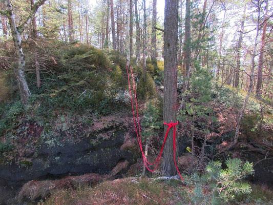 Stelle der ehemaligen Holzbrücke kurz vor der Aussicht. Die Felsspalte ist nur mit einem Stück Seil zu überwinden.