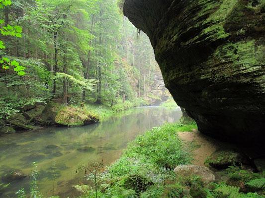 8. Bachdurchquerung am Rand an der Felswand entlang