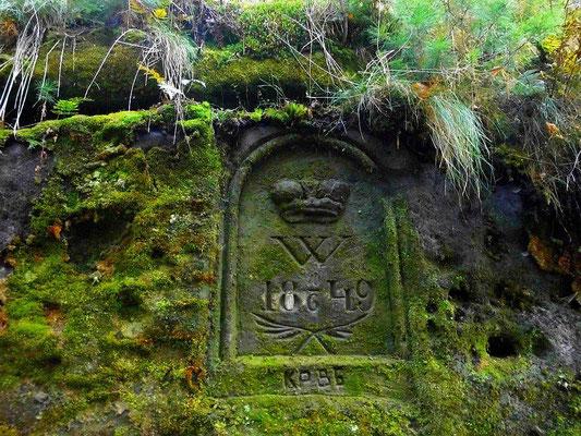 Alte Inschrift vor Beginn der Engen Stiege