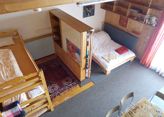 Galerieblick zu Kajütenbett und Doppelbett...