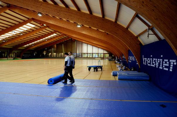 Der Teppichboden wird verlegt.