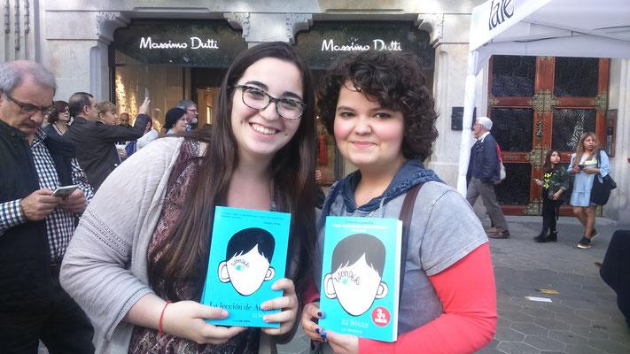 La booktuber Paula (@PaulaLizzie303) i jo esperant a R.J.Palacio #hype