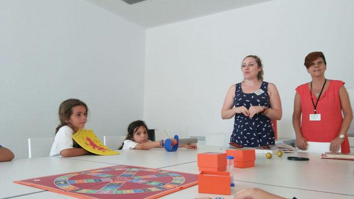 La Noelia i la Sílvia ens expliquen les normes del trivial