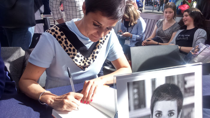 Gemma Ruiz signant