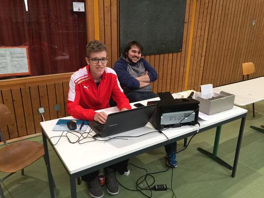 Timo Leitsch und Niklas Will am Computer