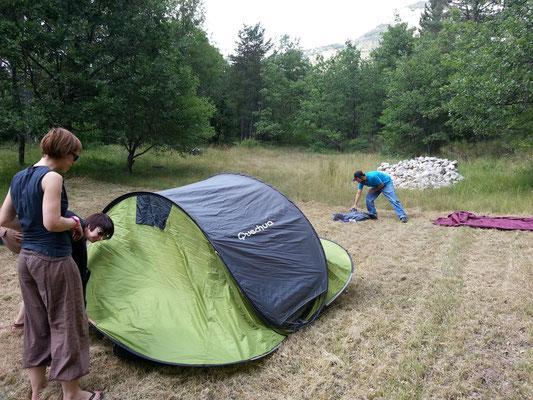 Premières nuits sous tente pour quelques abeilles...