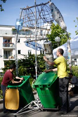 Les Grandes Personnes de la Porte Montmartre. Ateliers de construction de marionnettes géantes ont été encadrées par des plasticiens et constructeurs de la compagnie Les Grandes Personnes.
