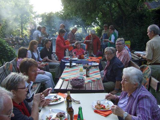 Herrliches Gegrilltes  - gespendet vom Chorsänger Heinrich - und viele mitgebrachte Salate