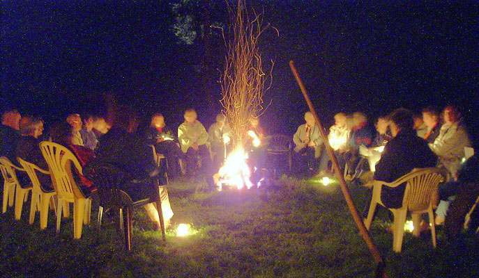 Ein herrlicher Abend. Eine sangesfreudige Sängerrunde wird begleitet von einer Gitarre und mehreren Mundharmonikas