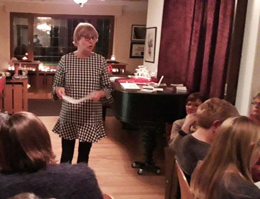 Brigitta Dönicke trägt eine Weihnachtsgeschichte vor